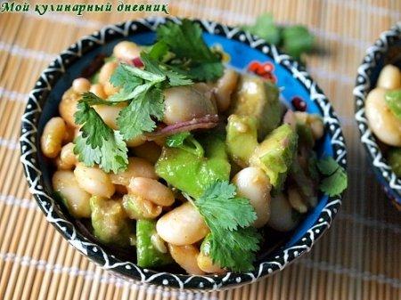 Салат из авокадо, фасоли и красного лука