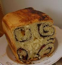 Сладкий хлеб — завитушка с маком и сухофруктами