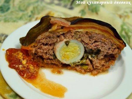 Мясная буханка, запеченная с яйцами и зеленью в обертке из бекона