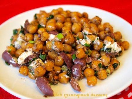 Салат из нута с фетой и маслинами под пряной заправкой
