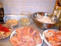 Жареная рисовая вермишель с креветками и курицей