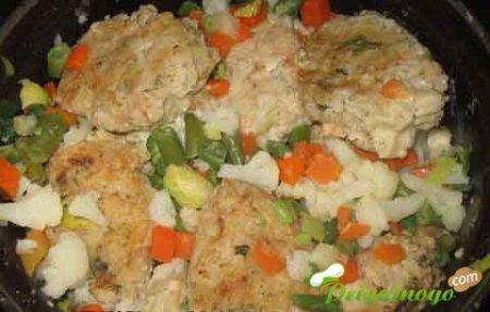 Тефтели с овощами под сметанным соусом
