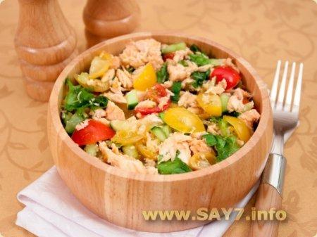 Салат с запеченой семгой и овощами