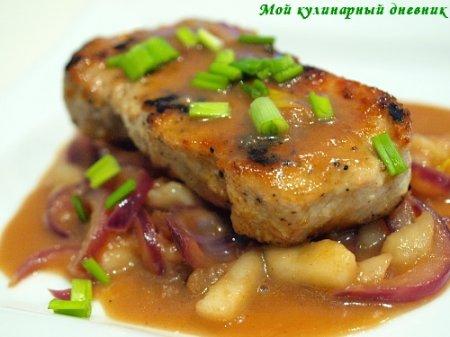 Свиные отбивные с соусом из груш и сладкого лука