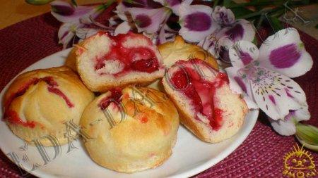 Постные мини-булочки с вишней