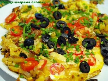 Жареная картошка с яйцами, луком и помидорами