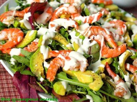 Салат с креветками и авокадо под йогуртово-горчичной заправкой