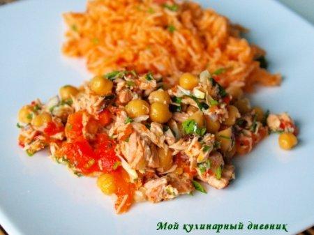 Жареный лосось с нутом, овощами и томатным рисом