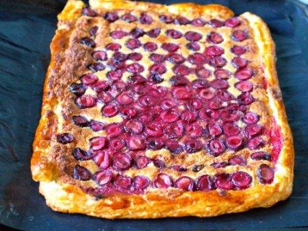 Простой слоеный пирог с вишней и франжипаном