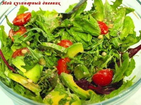 Зеленый салат с авокадо и черри под ореховым соусом