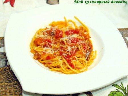 Паста с луком, панчеттой и томатным соусом (Pasta All'Amatriciana)