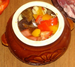 Говядина с баклажанами и сладким перцем в горшочках