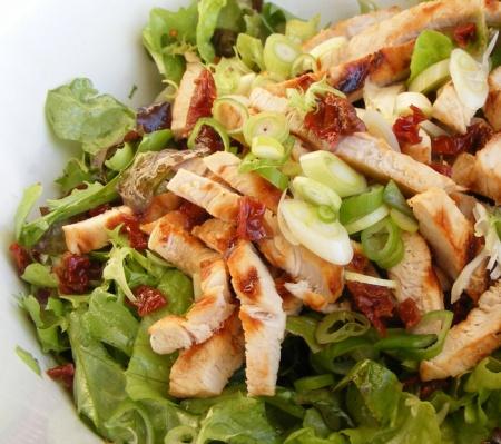 Нарезанный греческий салат с курицей