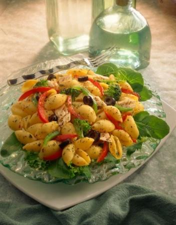 Греческий салат с пастой и тунцом