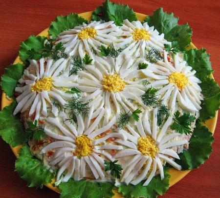 Праздничный салат «Ромашковое поле»