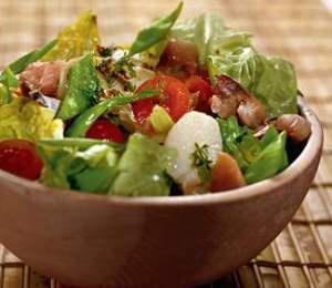 Салат из свежих помидоров, огурцов и молодого картофеля