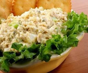 Салат из осетровой рыбы и консервированного зеленого горошка «Столица»
