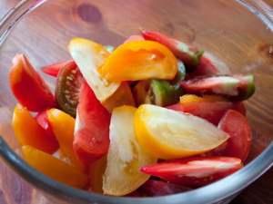 Салат из свежих помидоров и чеснока