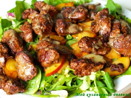 Салатное ассорти с жареной куриной печенкой и яблоками