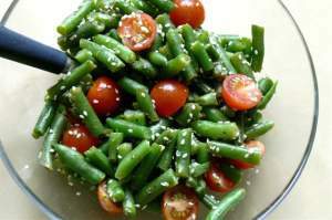Салат из свежих помидоров и зеленой фасоли
