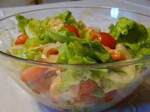 Салат из свежих помидоров и листьев зеленого салата