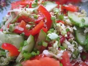 Салат из свежих помидоров, малосольных огурцов и зеленого салата