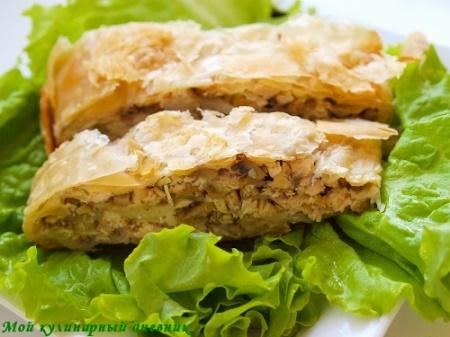 Штрудель из теста фило с курицей, сыром и грибами.