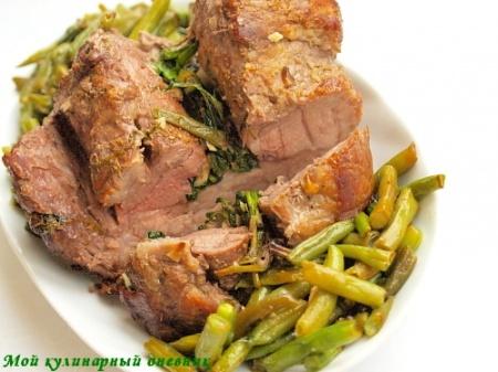 Свинина, запеченная с пряными травами
