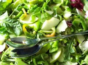 Салат из сладкого перца, яблок, лука и чеснока
