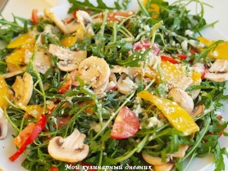 Грибной салат с манго и овощами