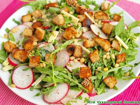 Салат из редиса с руколой и сыром