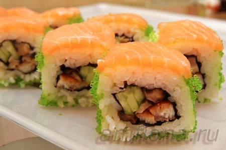 Ролл с лососем, угрём и шиитаке