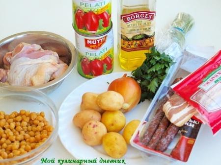 Густой суп с нутом, курицей, колбасками и беконом
