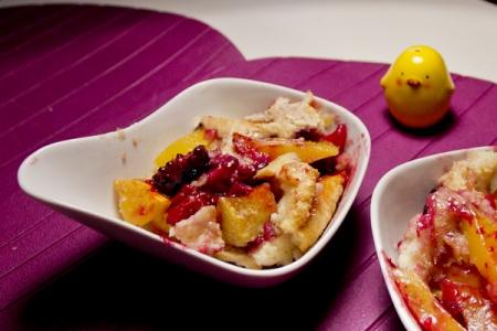 Коблер с манго и ежевикой