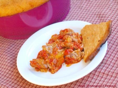 Говядина, запеченная с картошкой под томатным соусом