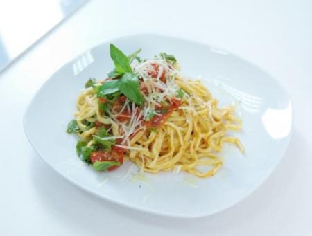 Тальолини с помидорами черри и рукколой