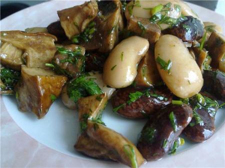Салат из фасоли и белых грибов