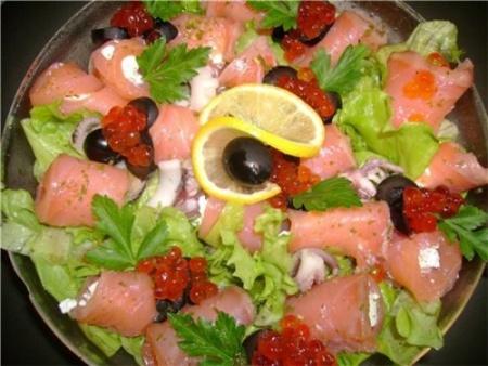 Салат из осетровой рыбы с грибами и огурцом