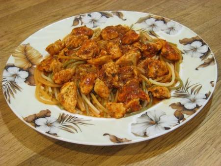 Куриное филе в томате и спагетти на гарнир