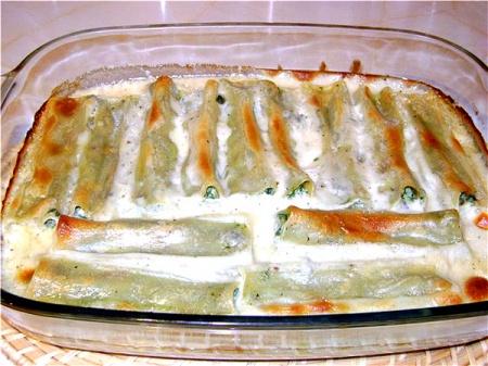 Каннелони со шпинатом и рикоттой под соусом с горгонзолой