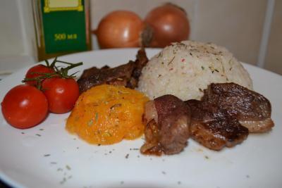 Утиная грудка с отварным рисом и пюре из тыквы