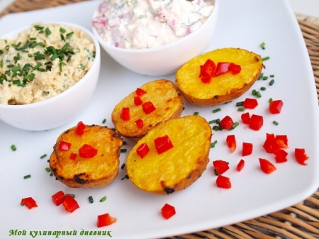 Печеная картошка с селедочным маслом и творожным соусом