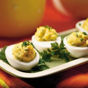 Яйца, фаршированные килькой: рецепт холодной закуски под водку