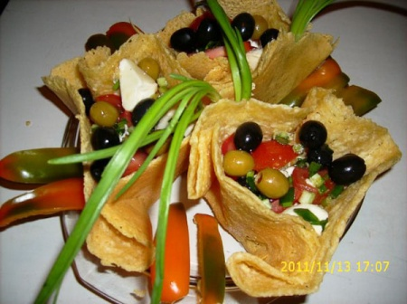 Сырные корзиночки с салатом из моцареллы с помидорами и зеленым луком