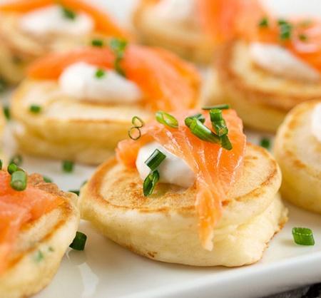 Блины со сливочным сыром и копченым лососем