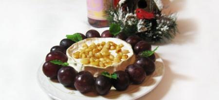 Запеченный Бри с медом и кедровыми орешками