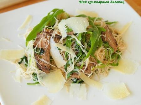 Салат из телятины-бальзамико и стеклянной лапши с руколой и пармезаном