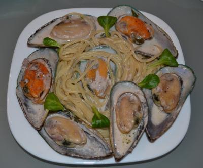 Спагетти со сливочным соусом и мидиями