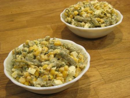 Салат с кукурузой, стручковой фасолью и яйцами