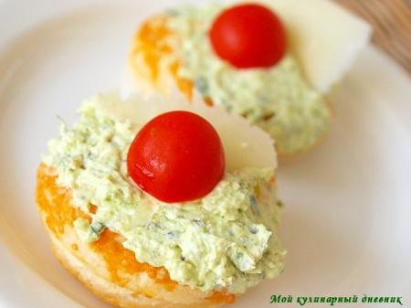 Сырные слойки с фетой и песто